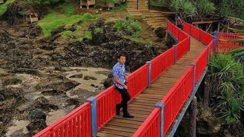 jembatan-merah-pantai-menganti