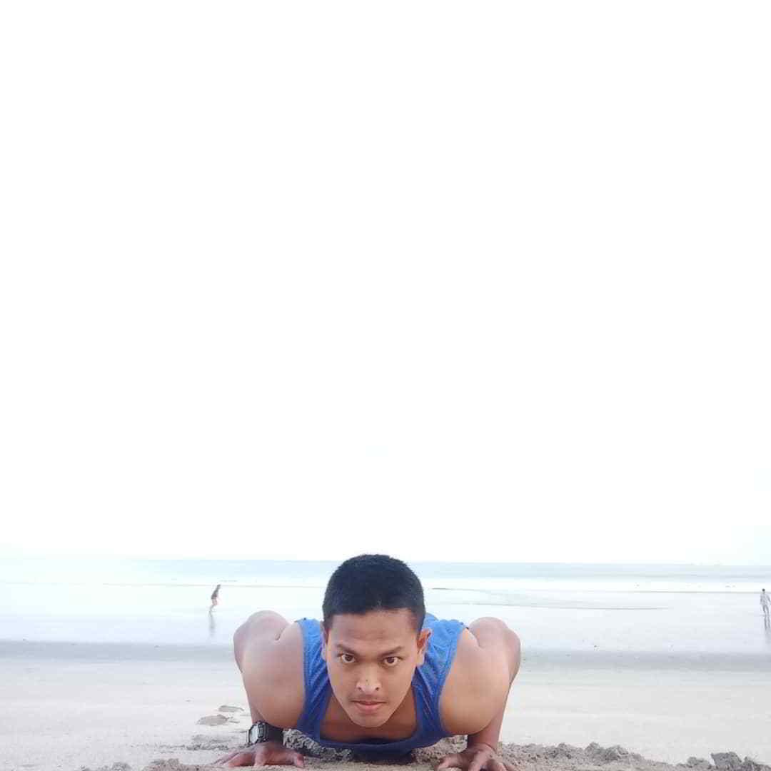 berenang-di-pantai-kuta-bali