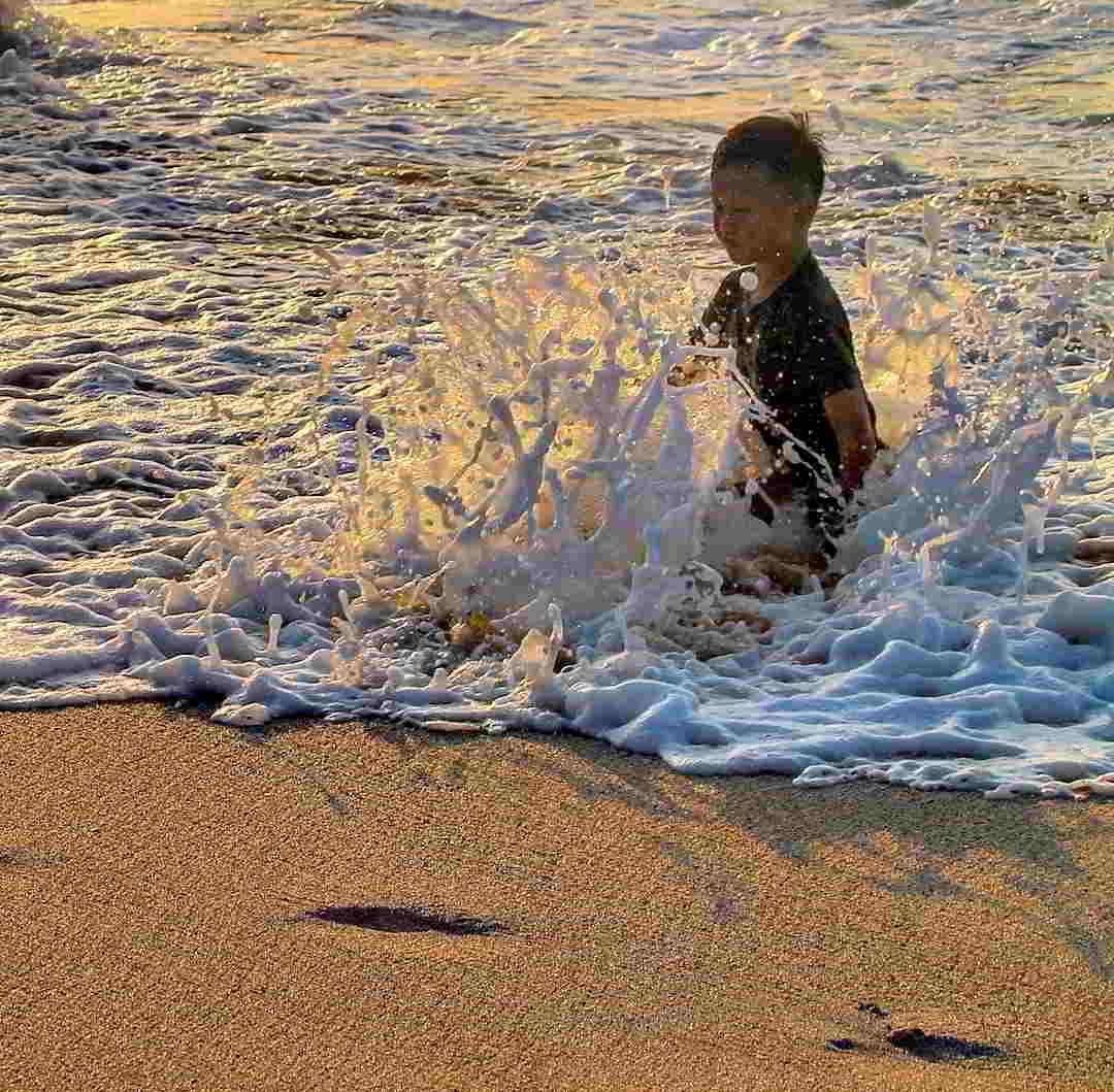 bermain-pasir-di-pantai-dreamland-bali